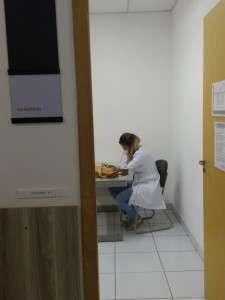 Médico em atendimento.
