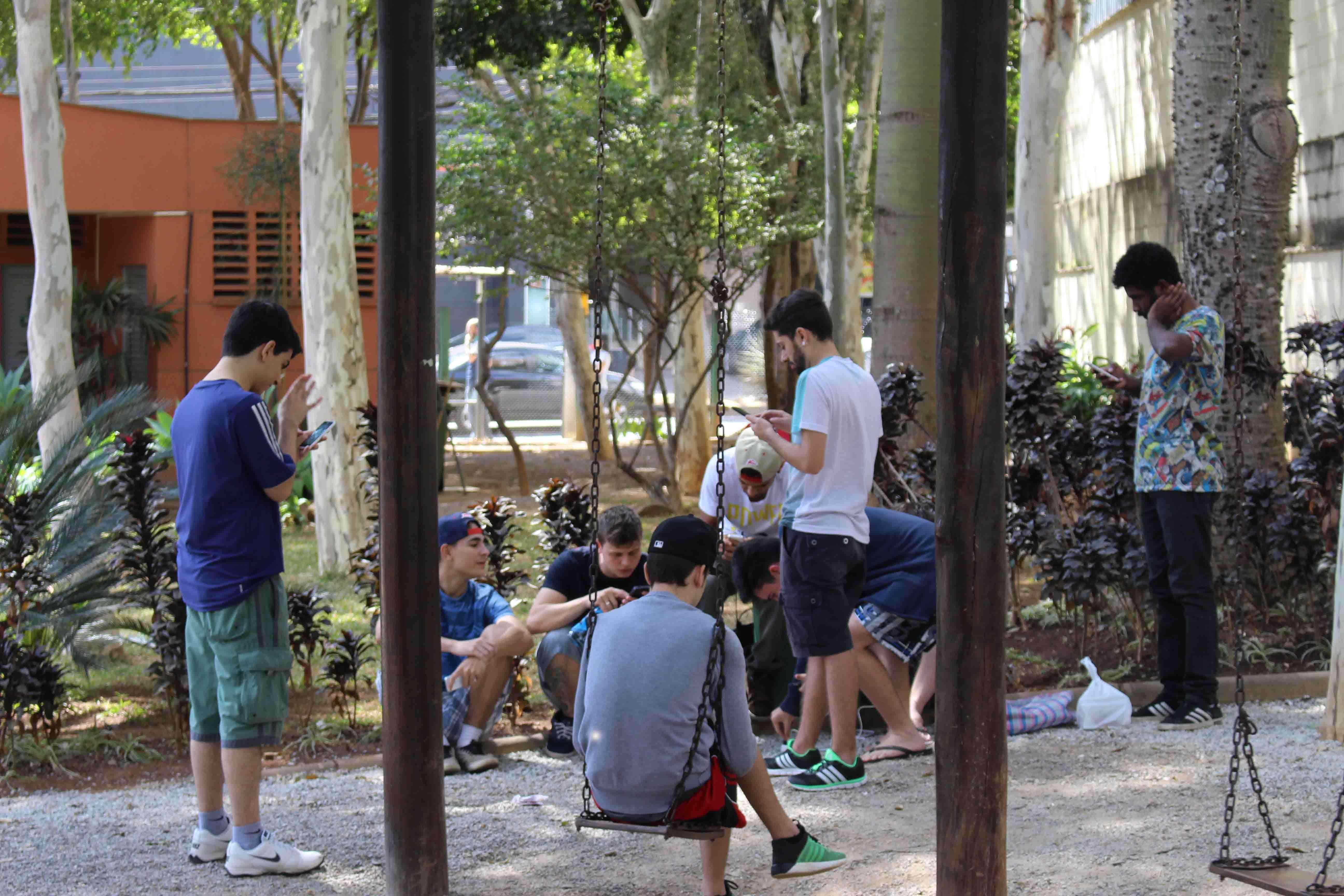O grupo de jogadores promove caçadas aos monstrinhos no parque Aggeo Pio Sobrinho. Foto: Welleson Mendes