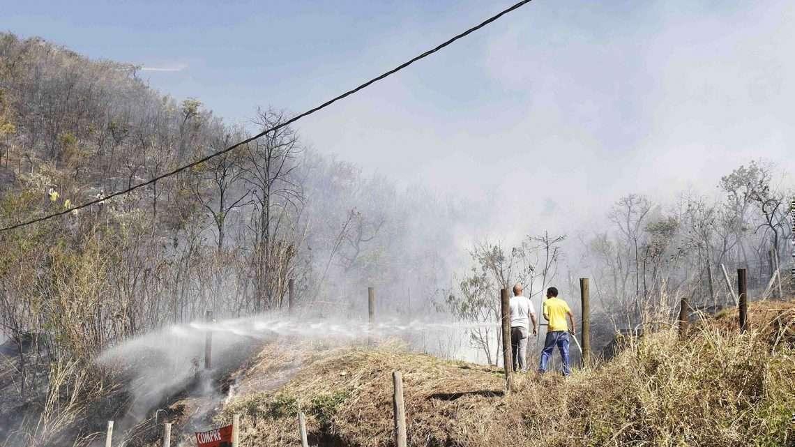 Algumas pessoas já tentavam apagar o incêndio. Foto: William Araújo