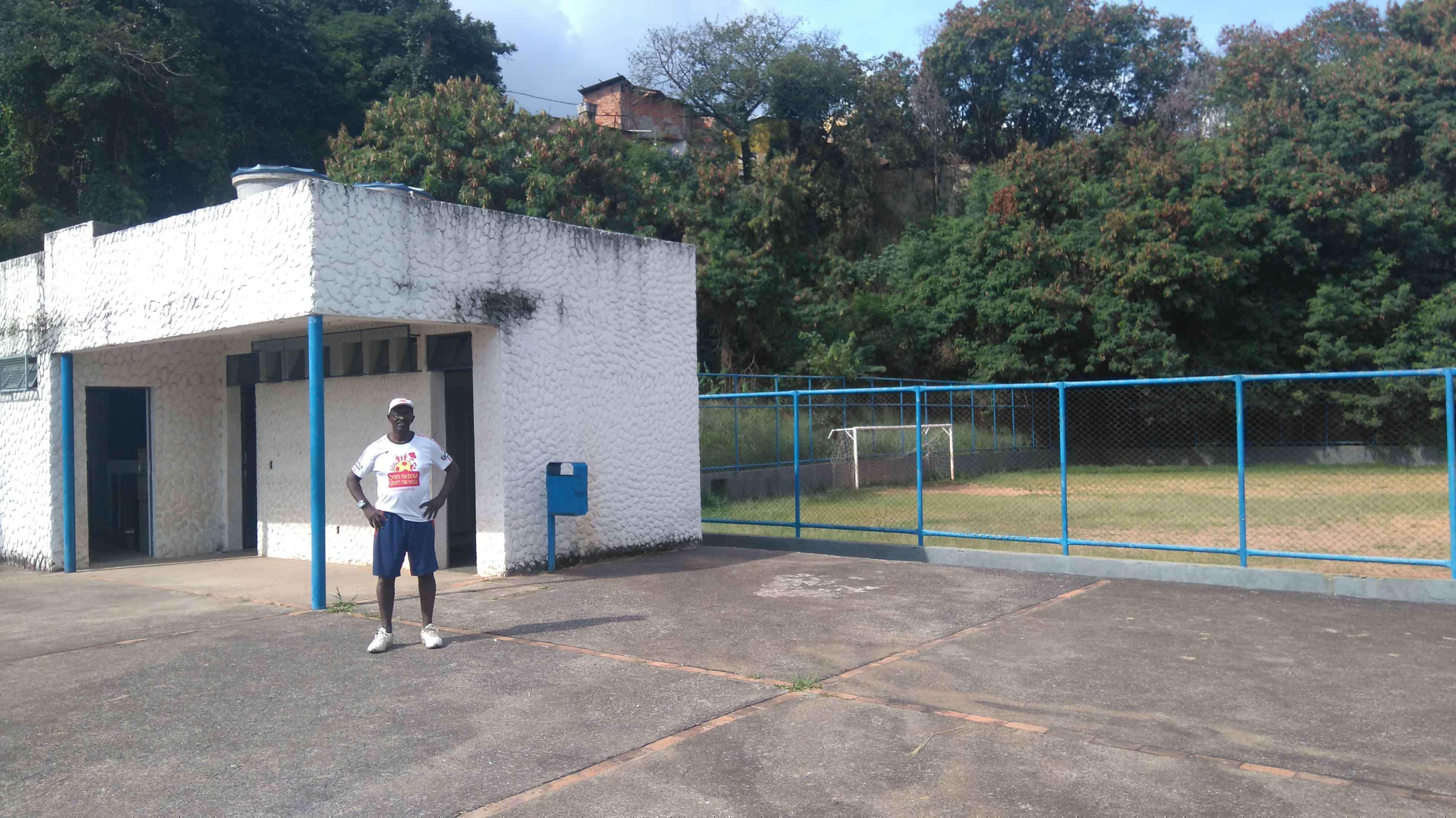 Lourival em frente ao vestiário do campo no Salgado Filho