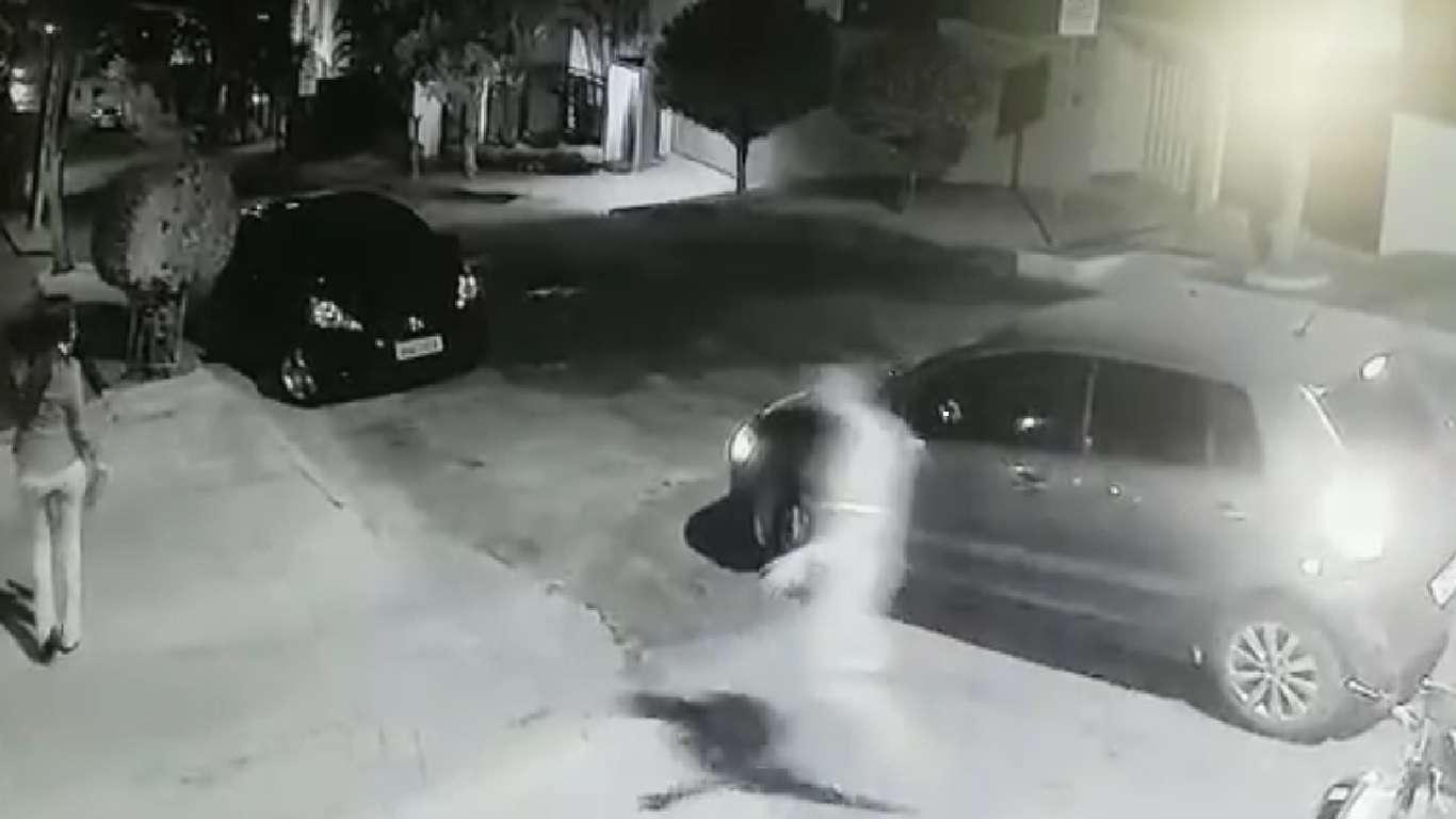A imagem mostra o momento em que a mulher é abordada pelo suspeito. Imagem: Captura de tela do video