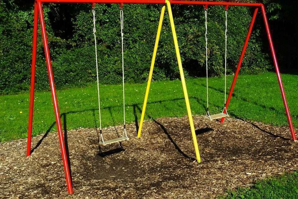 Foto: https://pixabay.com/pt/balanço-playground-para-crianças-493710/