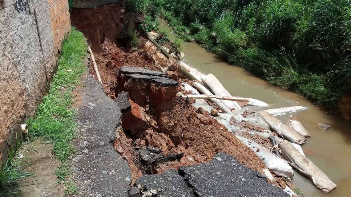 Deslizamento de terra na rua Henrique Badaró 144. Foto William Araújo