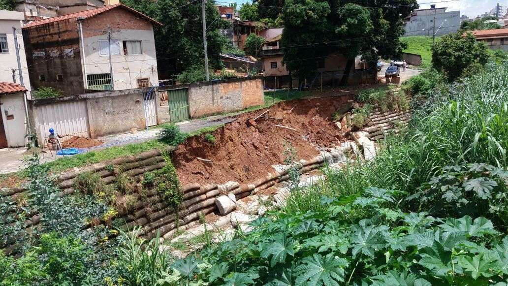 Deslizamento de terra na rua Henrique Badaró. Foto: William Araújo