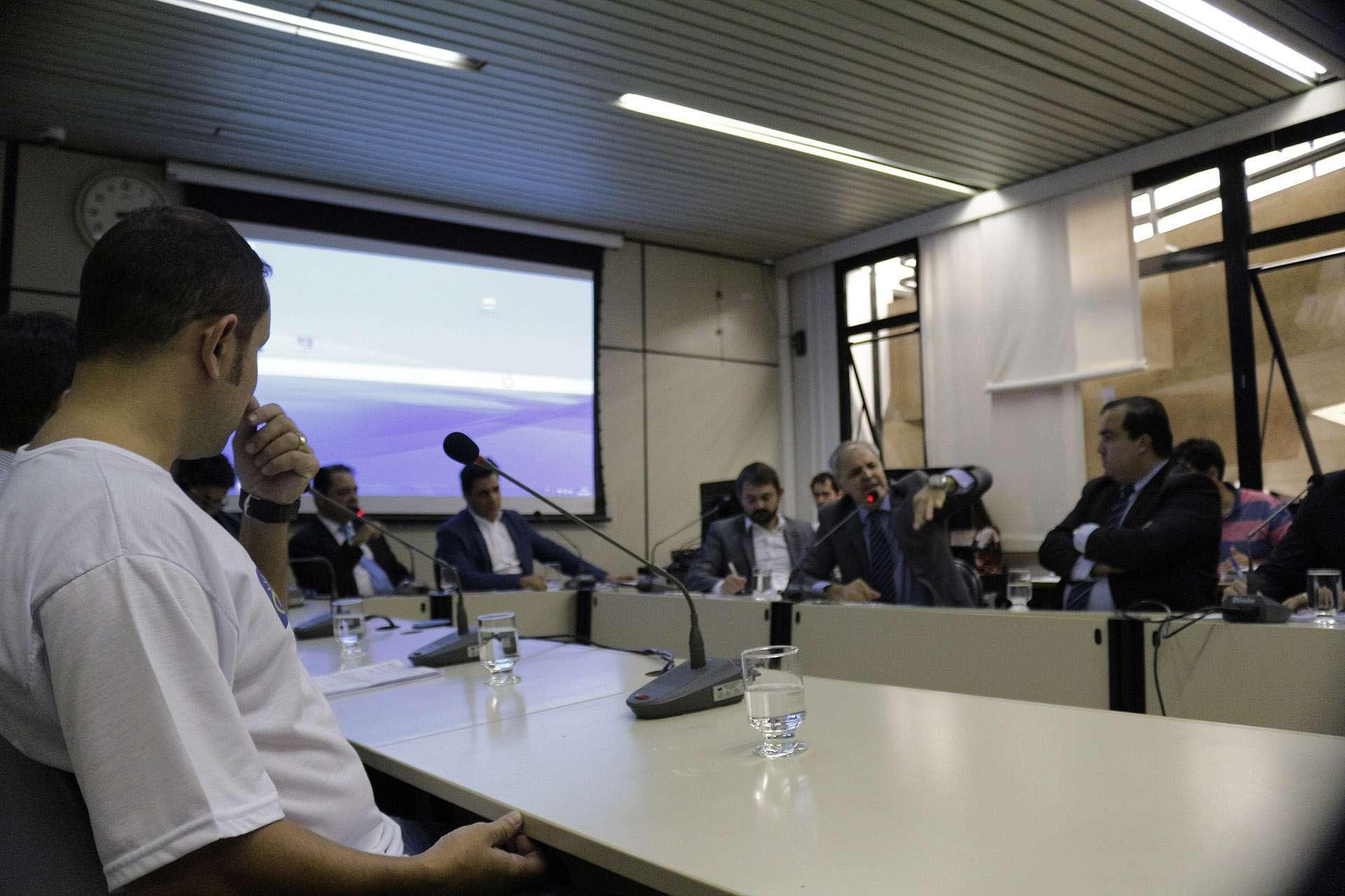 Romulo Belfort Representante da ABB assiste a discurso do morador Jose Lasmar