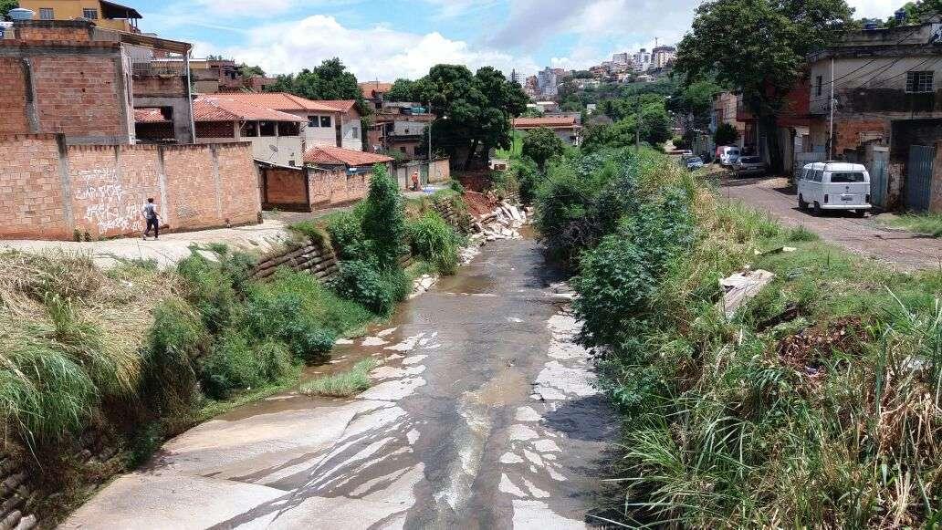 Parte da rua Henrique Badaró Portugal que deveria ser sanitizada pelo Viurbs. Foto - William Araújo
