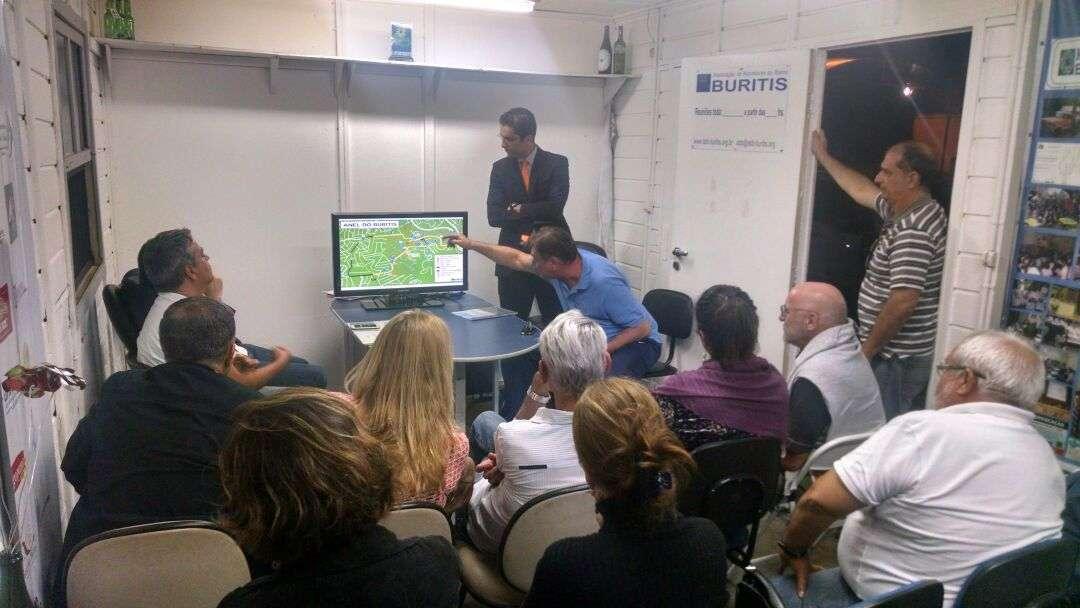 Mauro Prosdocimi fala sobre o projeto ao Coordenador de Administração da Regional Oeste, Gelson Leite - Foto - Divulgação ABB