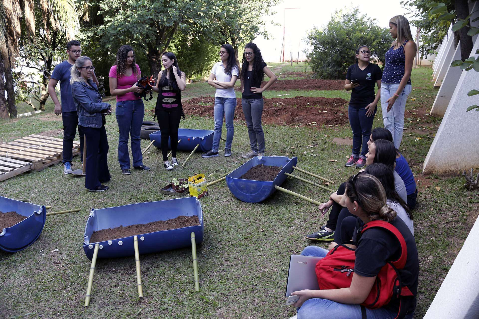 Professora e alunos organizando materiais do projeto. Foto: William Araújo