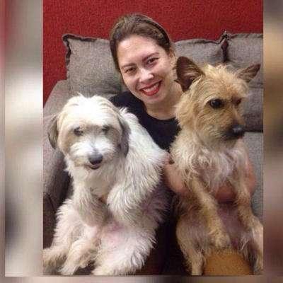 Dayse acompanhada de seus dois animais de estimação. Da esquerda para a direita, Papita e Floquinho. Foto: reprodução