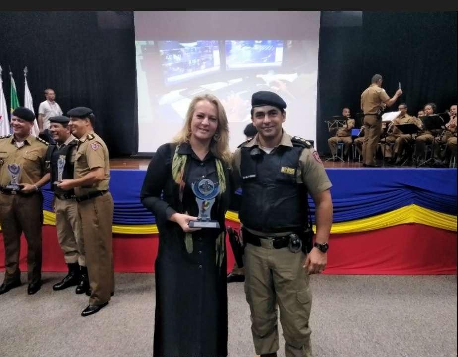 Gracielle Torres com o Ten Cel Carlos Frederico Otoni Garcia, comandante do 5º Batalhão de Polícia Militar