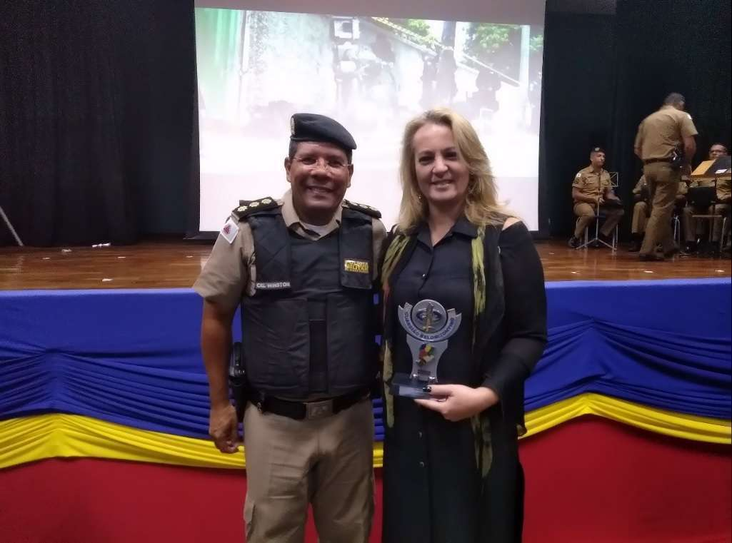 Gracielle Torres com Cel Winston Coelho Costa, comandante da 1ª Região da Polícia Militar de Minas Gerais