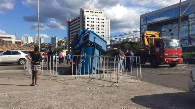 """Caminhão foi """"engolido"""" pela cratera. (Foto: Thayná Freire)"""