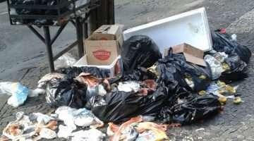 Lixo na entrada de galeria. (Foto: Heloisa Brandão)