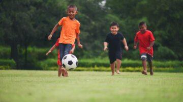 crianças brincando jogando esporte